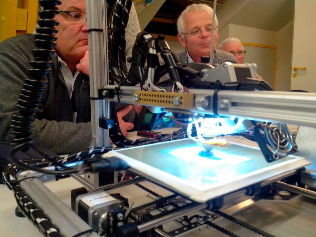 Démonstration du fonctionnement d'une imprimante 3D lors de la réunion mensuelle du 18 avril 2014.