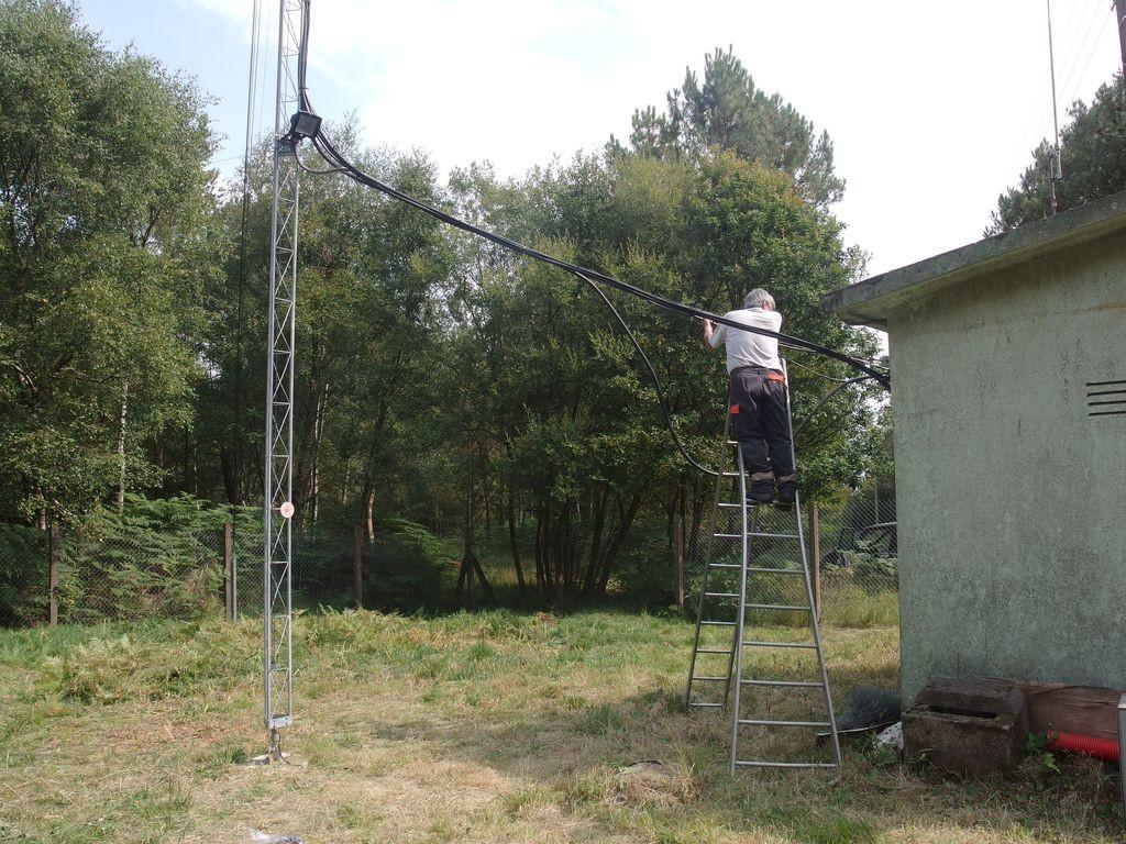 Jean-Pierre fixant la descente des câbles