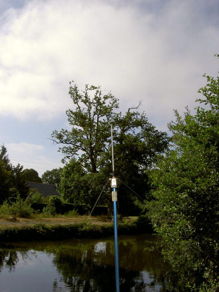 La GP VHF, dont le brin rayonnant plie sous la végétation (c'est du ruban mètre...).